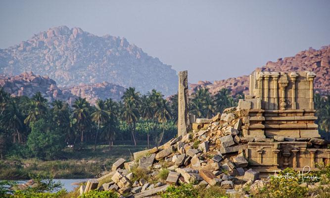 Hampi: Blick über den Fluss. Die riesigen Granitfelsen prägen die Landschaft um die ehemalige Stadt