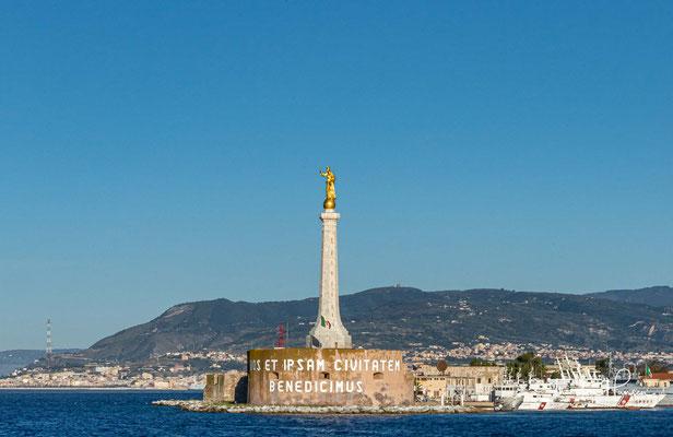 """Auf der Mole Messina steht die Statue """"Madonna della Lettera"""" und das Fort San Salvatore. """"Vos et ipsam civitatem benedicimus"""" (""""Wir segnen euch und die Stadt"""")"""