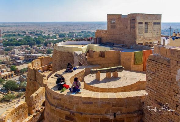 Die glorreichen Taten und der Widerstand der tapferen Rajputen von Jaisalmer leben im Herzen des Volkes weiter. Ungefähr ein Viertel der Stadtbevölkerung lebt innerhalb des Forts.