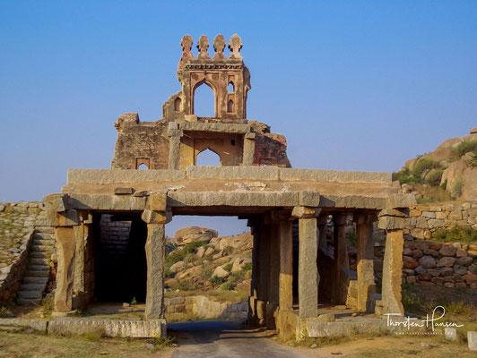 Das Talarigatta-Tor (alternativ das Talarighatta-Tor) war einer der Haupteingangspunkte vom Flussufer in das städtische Zentrum der Hauptstadt