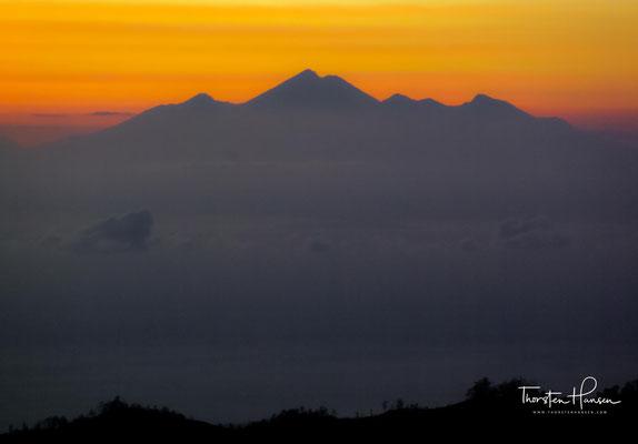 Für den geübten Wanderer ist die Besteigung des 1717 Meter hohen, aktiven Vulkans, dessen letzte Eruption erst im Jahre 2000 stattfand, ein einzigartiges Erlebnis.