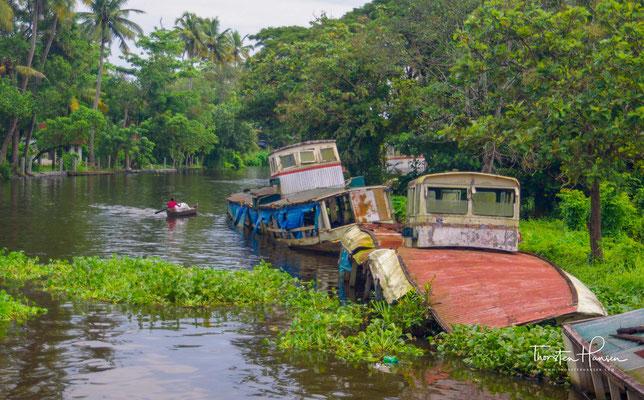 Die Backwaters umfassen 29 größere Seen und Lagunen, 44 Flüsse sowie insgesamt rund 1500 Kilometer lange Kanäle und natürliche Wasserstraßen.