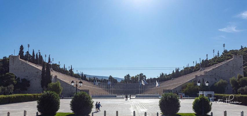"""Das Panathinaiko-Stadion (griechisch Παναθηναϊκό Στάδιο) in Athen (auch als Kallimarmaro, """"schöner Marmor"""" bekannt) ist das Olympiastadion der ersten Olympischen Spiele der Neuzeit im Jahre 1896."""
