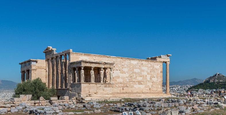 Die Konzeption geht vielleicht auf Perikles zurück, der aber zu Baubeginn bereits verstorben war. Als Baumeister des Tempels gelten die Architekten (Phi)lokles von Acharnai und Archilochos von Agryle