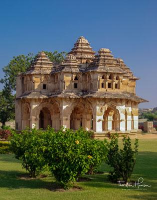 Lotus Mahal, der Stil ist eine angenehme Abkehr von der typischen Architektur, die man in Hampi sehen kann. Die genaue Funktion davon ist nicht bekannt.