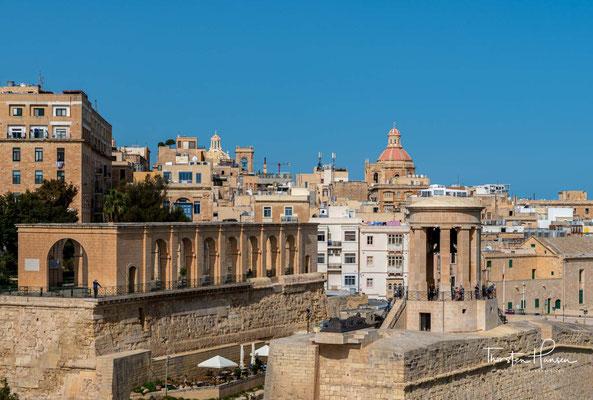 Als Stadt der mächtigen Bastionen und der barocken Gebäude sowie der Prachtentfaltung der späten Großmeister erhielt sie als Superbissima den Ruf, die prunkvollste aller europäischen Städte zu sein.