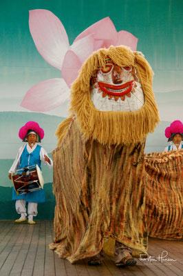 Der Bukcheong Saja Noreum oder in Kurzform Saja Noreum (사자 노름) (Löwentanz) genannt, stammt aus Hamgyeong-do (함경도), der nordöstlichsten Provinz des Koreas der Joseon-Zeit.