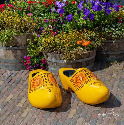 """Die traditionellen Klompen werden in dem ehemaligen Lagerhaus """"De Vrede"""" aus Westzaan (18. Jh.) hergestellt."""