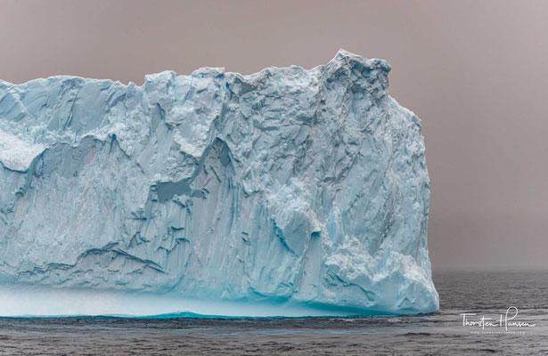 Die Kolosse schimmern blau, weil rotes, orangenes, gelbes und grünes Licht im Innern der Eisberge geschluckt wird.  Dieser Farbeffekt wird als selektive Absorption bezeichnet.