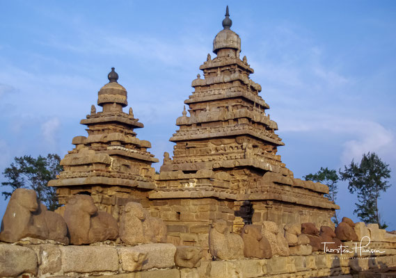 In seinem Innern beherbergt der Tempel einen dem Gott Shiva geweihten Schrein mit einem Linga sowie einen Nebenschrein für den Gott Vishnu, der hier als Narayana auf der mythischen Schlange Ananta ruhend dargestellt ist.
