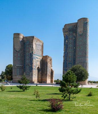 Erhalten sind vor allem Reste der 38 Meter hohen Pylone des ehemaligen Portals, dessen Gewölbe eine Spannweite von 22 Metern hatte.