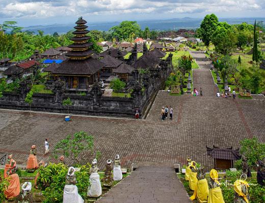 Dabei kam es beim letzten Fest 1963 zu einer Katastrophe, als in dem Jahr der Vulkan Gunung ausbrach und ca. 1600 Menschen starben.