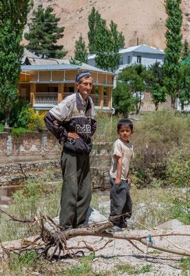 Vater und Sohn im Varzob Tal in Tajikistan