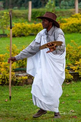Infolgedessen vermischten die Ruander ihre Kampftaktiken und Lieder in den Tanz und entwickelten den Tanz einer Armee, den Intore-Tanz, der sich von demjenigen, aus dem er stammte, deutlich unterschied.