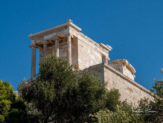 Auf einem flachen, 156 Meter hohen Felsen stehen die zwischen 467 v. Chr. und 406 v. Chr. erbauten Propyläen, das Erechtheion, der Niketempel und der Parthenon, in dem eine kolossale Statue der Göttin Athene aus Gold und Elfenbein stand.