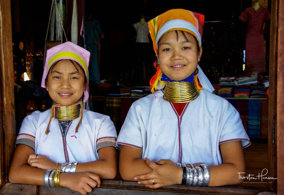 Viele Padaung-Frauen pflegen eine ungewöhnliche Tradition: Sie tragen von Kindheit an einen schweren Halsschmuck, der die Schultern deformiert und den Hals scheinbar verlängert.