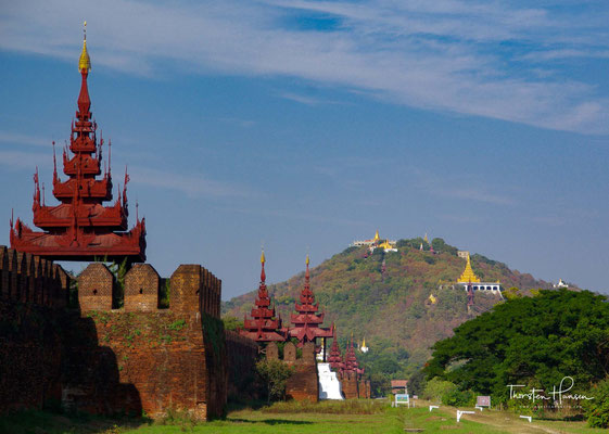Mandalay - Blickfang der Stadt sind der heilige Mandalay Hill sowie der große Königspalast