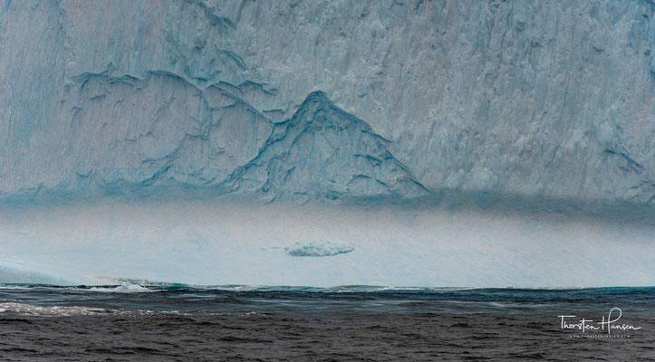 Jede Farbe entspricht bekanntlich einer anderen Wellenlänge. Je größer die Wellenlänge ist, desto mehr Licht wird von Eis absorbiert. Gefrorenes Wasser wirkt wie ein ganz schwacher Farbfilter: