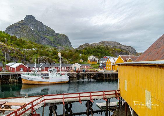 Nusfjord verfügt über einen natürlichen Hafen. Wegen der räumlichen Enge wurde das Dorf unter anderem auf Holzstegen errichtet.