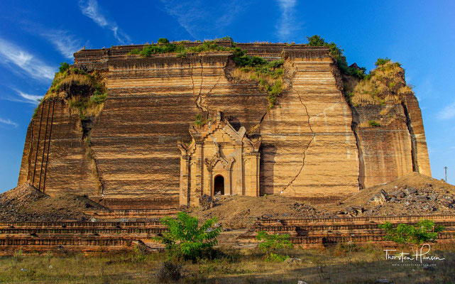 Die Mingun-Pagode - König Bodawpaya hatte die Absicht, die größte Pagode der Welt mit einer Höhe von 152 m errichten zu lassen. Sie sollte eine Demonstration seiner Macht werden und als Reliquienschrein für einen Zahn Buddhas dienen