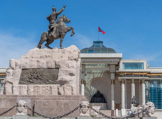 Die Mongolei stand zu der Zeit unter der Macht von China. Nach der Revolution benannten sie den Platz nach Sukhbaatar.