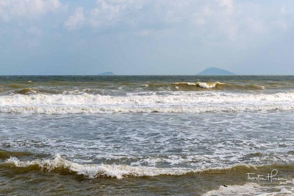 einer Sand, Schatten spendende Palmen und das Südchinesische Meer im Blick, aber Vorsicht - nicht alle Abschnitte des Strandes sind sehr schön