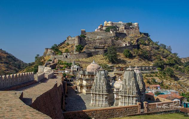 Chittorgarh liegt im Südosten Rajasthans in der Region Mewar, deren ehemalige Hauptstadt sie war, nahe der Grenze zum Nachbarbundesstaat Madhya Pradesh in einer Höhe von ca. 400 m.