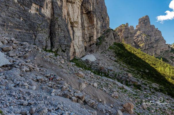Der Weg führt einen durch lichte Wälder aus Latschen und mehrere Geröllfelder, spektakulär entlang hoher Felswände, hinauf zur Forcella Col dell'Orso.