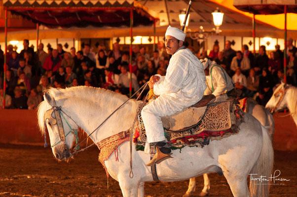 Fantasia (Zentralatlas-Tamazight ⵜⴰⴼⵔⴰⵡⵜ Tafrawt) ist ein traditioneller Pferdesport, der während kultureller Veranstaltungen im Maghreb, vor allem in Marokko, durchgeführt wird.