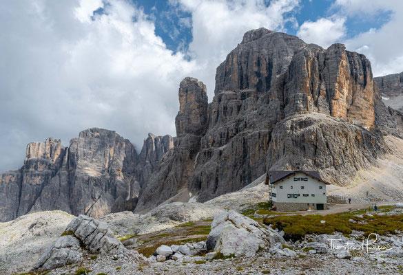 Nach dem Ersten Weltkrieg enteignete der italienische Staat die Hütte und übergab sie der Società degli Alpinisti Tridentini (SAT), der sie jedoch kaum pflegte.