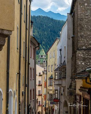 Die 700 Jahre alte Stadt, liegt 10 km östlich von Innsbruck und war im Mittelalter wesentlich größer und bedeutender als die heutige Landeshauptstadt Innsbruck.