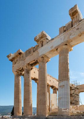 Die Außenwand der Cella wurde von einem Fries bekrönt, der die große Prozession während der Panathenäen, des größten jährlich stattfindenden Festes zu Ehren der Athena, zeigte.