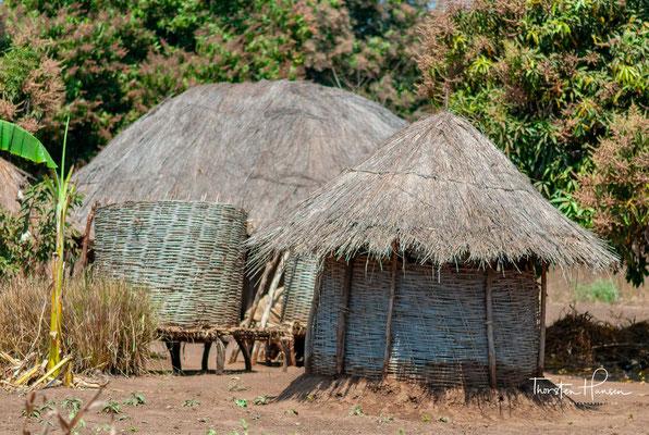 Die Außengrenze hat eine Länge von 2881 km, 475 km zu Tansania im Norden, 1569 km zu Mosambik im Osten, Süden und Südwesten sowie 837 km zu Sambia im Westen.