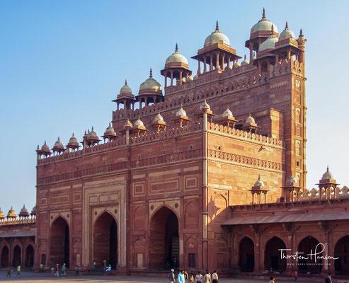 Indem er, oft durch Eheschließungen, die Loyalität lokaler Fürsten gewann, gelang es ihm, ein effizientes Steuersystem einzuführen, das es ihm schließlich ermöglichte, die Bauten in Fatehpur Sikri zu finanzieren.