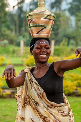 Jede Körperbewegung und Geste von Intore-Tänzern ist symbolisch und alle Symbole sind mit Kampftaktiken und Waffen verbunden, die das Tanzprivileg aller ruandischen Gesellschaften verleihen