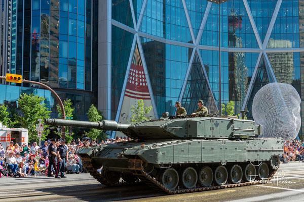 Jedes Jahr am ersten Freitag im Juli beginnt die Parade kurz vor 9 Uhr. Politiker, Sportler, Schauspieler und andere Würdenträger leiteten die Veranstaltung jahrelang.