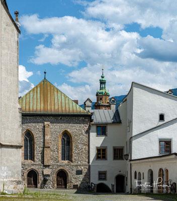 Vom Innufer zieht sich die größte mittelalterliche Altstadt Westösterreichs am Fuß des Bettelwurfs in die Höhe. Halls Wahrzeichen ist der Münzerturm  mit der Burg Hasegg, wo sich das Münzmuseum mit der weltweit einzigartigen Walzenprägemaschine befindet.