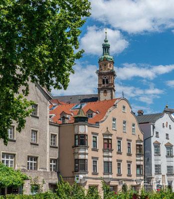 Die römisch-katholische Pfarrkirche St. Nikolaus liegt am Oberen Stadtplatz in der Altstadt von Hall in Tirol. Im Jahre 1281 wird zum ersten Mal ein Kirchlein zum hl. Nikolaus und hl. Ingenuin in Hall urkundlich erwähnt.