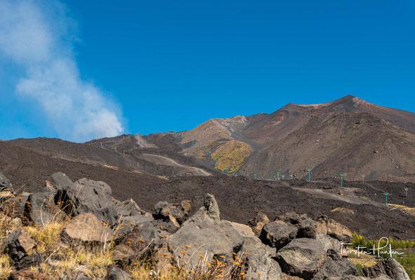 Der nach allen Seiten hin freistehende Berg erhebt sich bis auf die dreifache Höhe der ihn umgebenden Gebirgszüge. Naturgemäß bleibt seine Höhe nicht konstant.