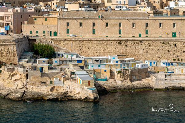 Valletta liegt an der Nordostküste der Insel und befindet sich auf der Landzunge Monte Sciberras, die von den beiden größten Naturhäfen des Mittelmeers Grand Harbour und Marsamxett Harbour umschlossen ist.