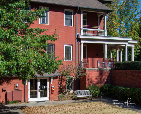 as vom Atlanta History Center betriebene Haus wurde 1899 errichtet. Die Autorin bewohnte von 1925 bis 1932 mit ihrem Ehemann John Robert Marsh ein kleines Appartement.