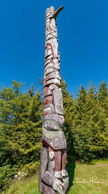 Totem Pfähle in Skeena Crossing. Es wird vermutet, dass an der Küste schon seit 5000 Jahren Holzbearbeitung betrieben wurde. Da Holz im Laufe der Zeit vermodert, deuten lediglich verschiedene Werkzeuge auf die frühe Holzbearbeitung hin.