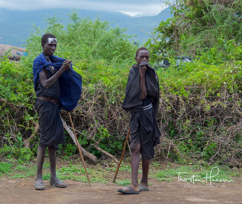 Massai-Jungen nach der Beschneidung in schwarzer Robe