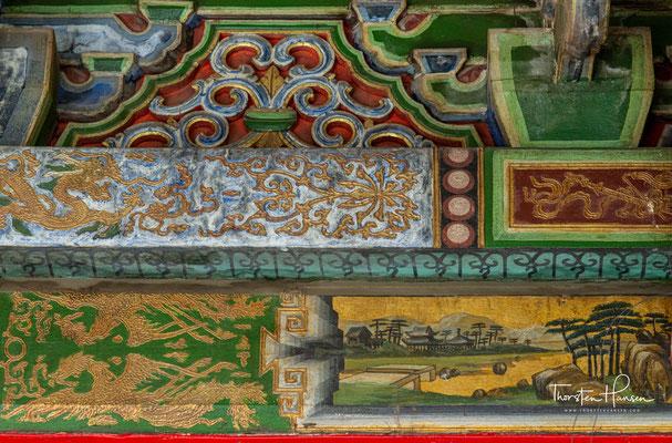 Die Bestände umfassen unter anderem eine größere Sammlung von Cham-Tanz-Masken