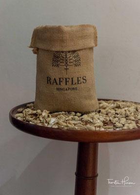 Ebenfalls berühmt sind das Raffles und seine Hotelbar dafür, dass dort auf den Tischen für den Gast kostenlos frische Erdnüsse angeboten werden. Die Schalen darf man dabei einfach auf den Boden werfen.