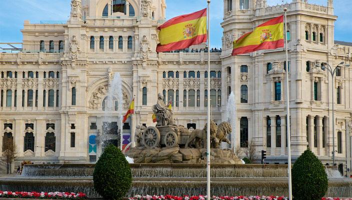 Der Palast, der eine überbaute Fläche von rund 12.200 m² einnimmt, wurde am Plaza de Cibeles im Zentrum von Madrid errichtet. Das 30.000 m² große Grundstück hatte zuvor zum nordwestlichen Teil der Gartenanlage Jardines del Buen Retiro gehört.