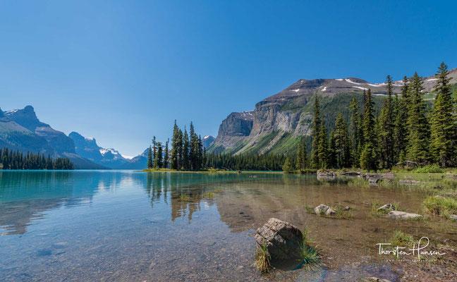 Im See liegt mit der Insel Spirit Island eines der Wahrzeichen der kanadischen Rocky Mountains.