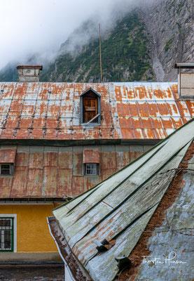 Von diesem 1967 geschlossenen Salzbergbau sind noch viele Spuren zu sehen, z. B. die Eingänge der Hauptstollen und die Herrenhäuser.