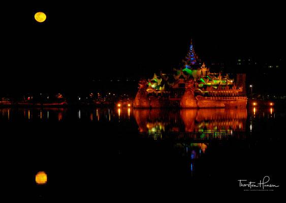 Karaweik Schiff, konkrete Replik der Royal Barge, Kandawgyi See, Yangon (Rangoon)