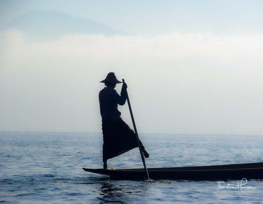 Der Inle-See, ein Süßwassersee im Shan-Staat in Myanmar, ist bekannt durch seine Einbeinruderer und schwimmenden Dörfer und Gärten. Das Leben der Menschen ist völlig auf den See ausgerichtet.